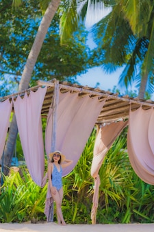 Portrait belle jeune femme asiatique heureux sourire se détendre sur la mer de plage tropicale pour les voyages d'agrément