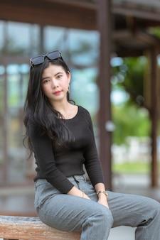 Portrait de la belle jeune femme asiatique ou des jeunes femmes thaïlandaises dans une suite de luxe, la femme est heureuse au parc en vacances reposantes