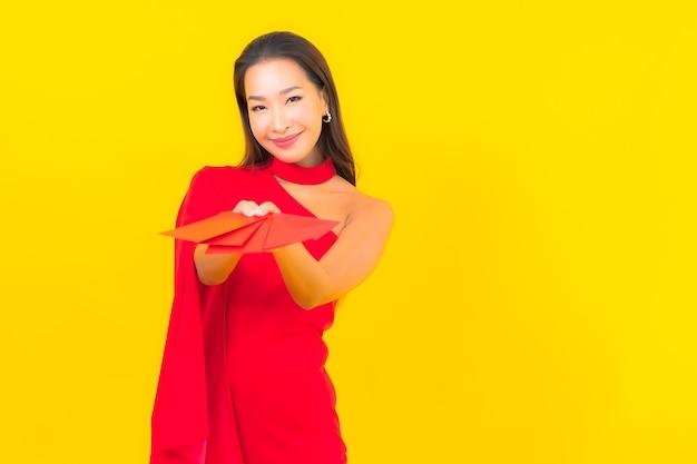 Portrait Belle Jeune Femme Asiatique Avec Lettre Enveloppe Rouge Photo gratuit