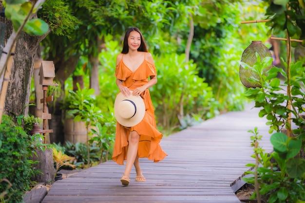 Portrait belle jeune femme asiatique marcher sur le chemin marcher dans le jardin