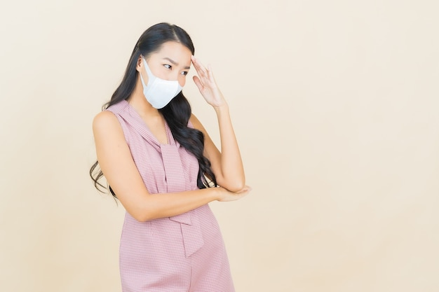 Portrait belle jeune femme asiatique avec masque pour protéger covid19 ou virus