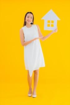 Portrait belle jeune femme asiatique avec papier maison