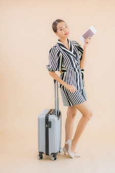 Portrait belle jeune femme asiatique avec passeport sac à bagages