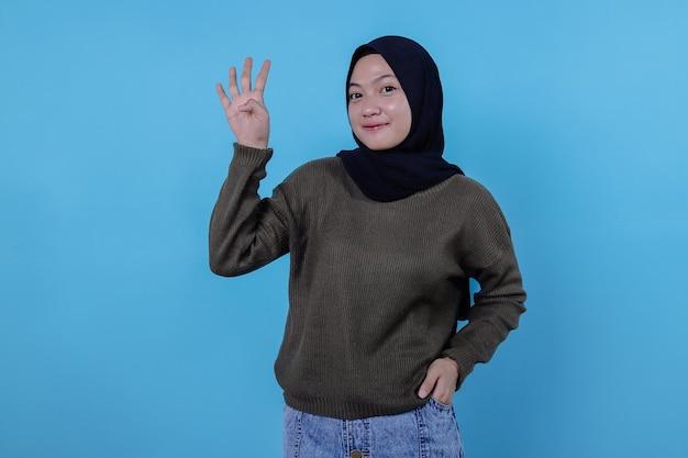 Portrait belle jeune femme asiatique pointant trois étapes sur bleu