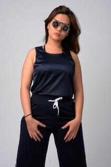 Portrait de la belle jeune femme asiatique portant des lunettes de soleil avec un design cible