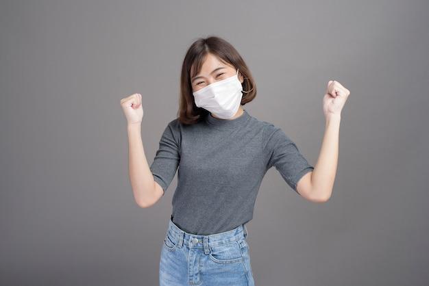 Un portrait de la belle jeune femme asiatique portant un masque chirurgical