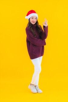 Portrait belle jeune femme asiatique porter le thème de la décoration de noël