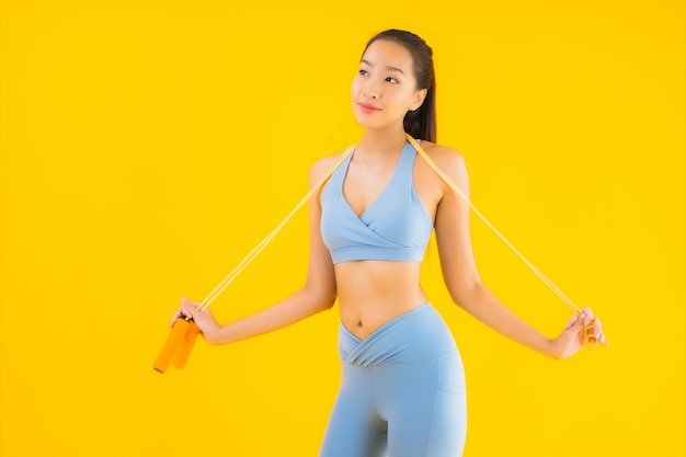 Portrait belle jeune femme asiatique porter des vêtements de sport avec une corde