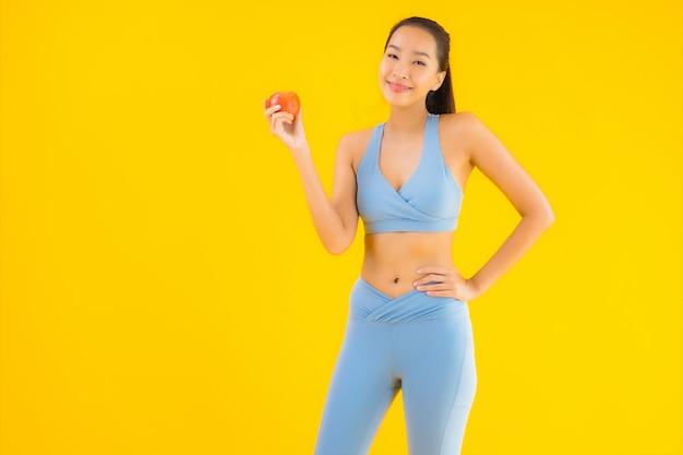 Portrait belle jeune femme asiatique porter des vêtements de sport prêt pour l'exercice sur jaune