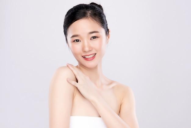 Portrait belle jeune femme asiatique propre concept de peau nue fraîche. asiat beauté visage soins de la peau et bien-être de la santé, soin du visage, peau parfaite, maquillage naturel, deux