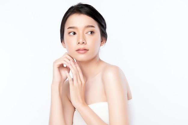 Portrait belle jeune femme asiatique propre concept de peau nue fraîche. asiat beauté visage soins de la peau et bien-être de la santé, traitement du visage, peau parfaite, maquillage naturel, deux