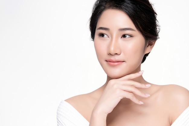 Portrait belle jeune femme asiatique propre concept de peau nue fraîche. asiat beauté visage soins de la peau et bien-être de la santé, traitement du visage, peau parfaite, maquillage naturel,