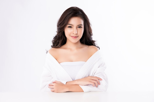 Portrait belle jeune femme asiatique propre concept de peau nue fraîche. asiat beauté visage soins de la peau et bien-être de la santé