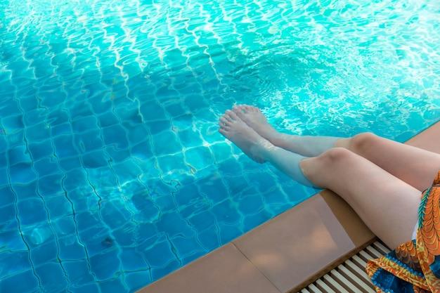 Portrait de la belle jeune femme asiatique relaxante vacances d'été à la piscine