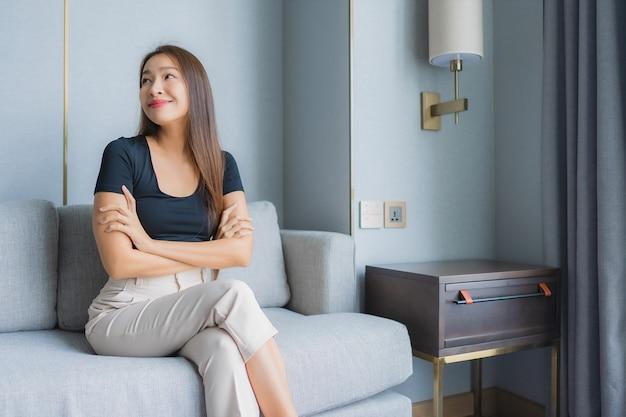 Portrait belle jeune femme asiatique s'asseoir sur le canapé se détendre dans le salon