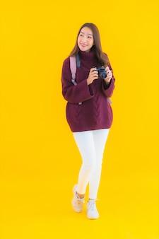 Portrait belle jeune femme asiatique avec sac à dos et appareil photo pour voyager en vacances