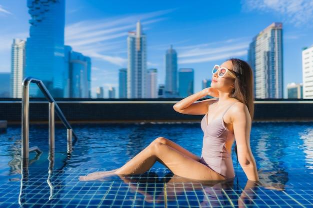 Portrait belle jeune femme asiatique se détendre les loisirs profiter autour de la piscine extérieure