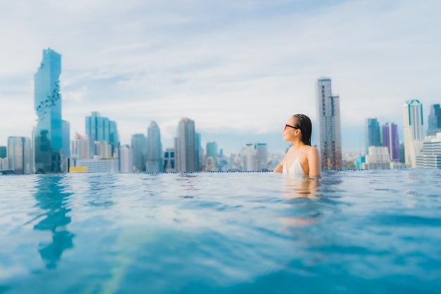 Portrait belle jeune femme asiatique se détendre loisirs sourire heureux autour de la piscine extérieure