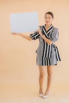 Portrait belle jeune femme asiatique show vide papier blanc