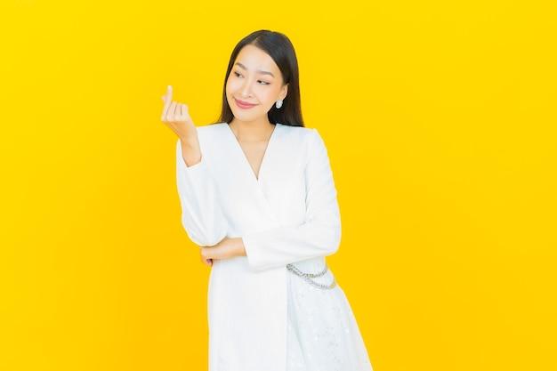 Portrait belle jeune femme asiatique sourire avec action