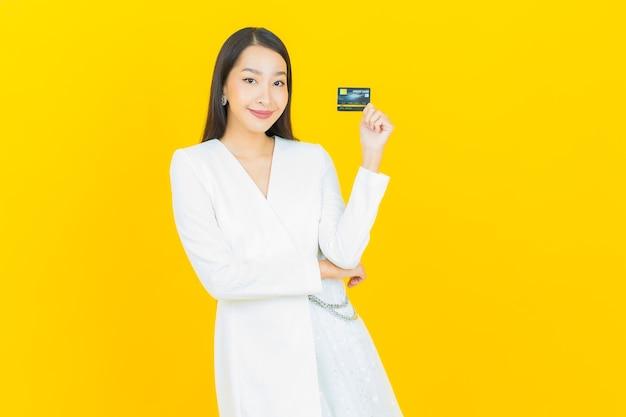 Portrait belle jeune femme asiatique sourire avec carte de crédit
