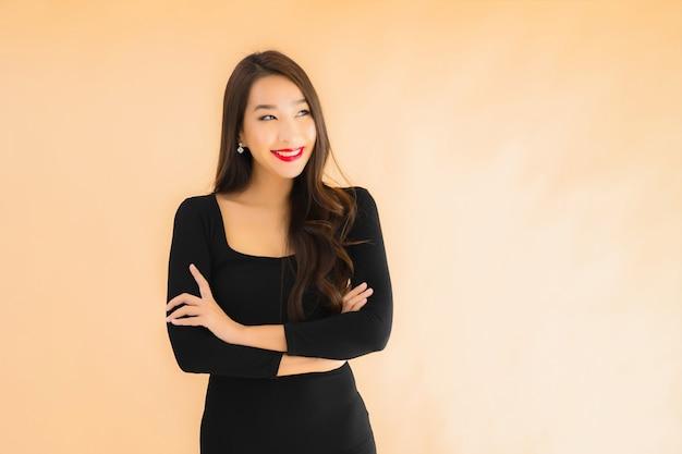 Portrait belle jeune femme asiatique sourire heureux en action