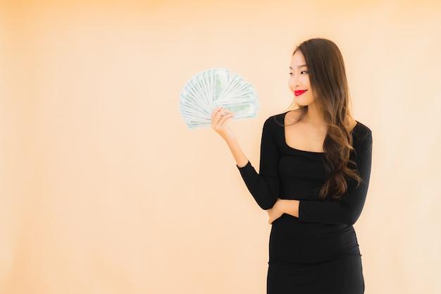 Portrait belle jeune femme asiatique sourire heureux avec de l'argent et de l'argent