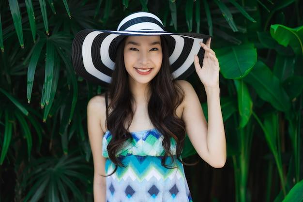 Portrait belle jeune femme asiatique sourire et heureux autour d'un jardin en plein air