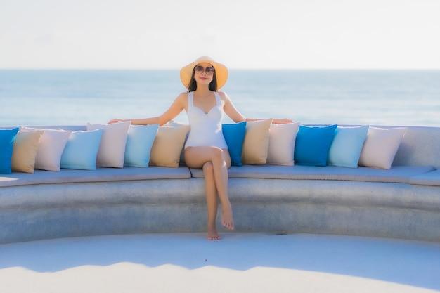 Portrait belle jeune femme asiatique sourire heureux autour de la plage de l'océan mer