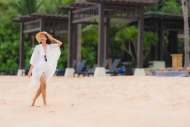 Portrait belle jeune femme asiatique sourire heureux se détendre sur la mer