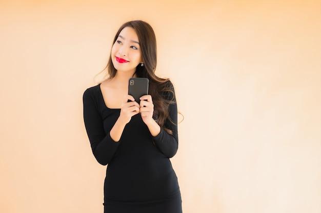 Portrait belle jeune femme asiatique sourire heureux utiliser un téléphone mobile intelligent