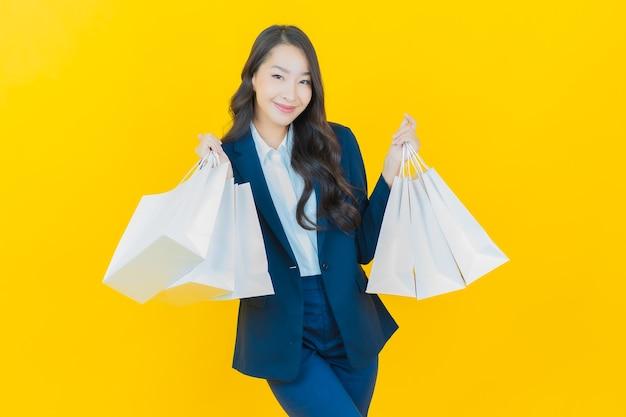 Portrait belle jeune femme asiatique sourire avec panier sur jaune