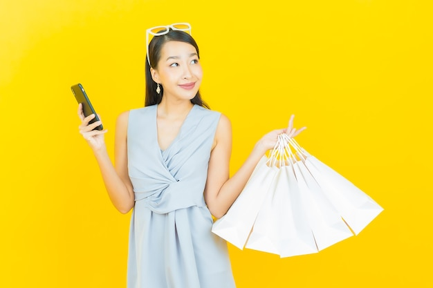 Portrait belle jeune femme asiatique sourire avec panier