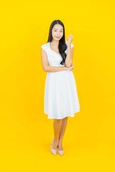Portrait belle jeune femme asiatique sourire