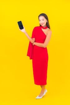 Portrait belle jeune femme asiatique avec téléphone mobile intelligent