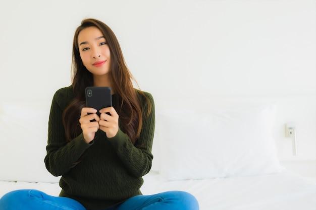 Portrait belle jeune femme asiatique utilise un téléphone mobile intelligent