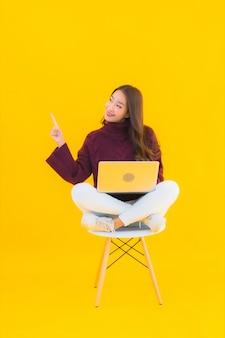Portrait belle jeune femme asiatique utiliser ordinateur portable