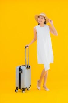 Portrait belle jeune femme asiatique voyage concept avec bagages