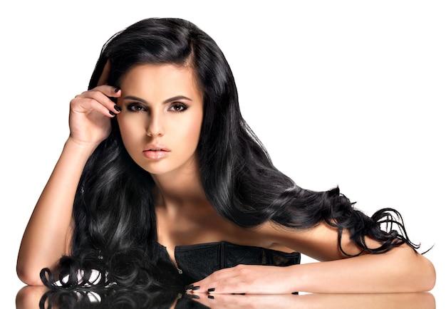 Portrait de la belle jeune femme aux cheveux noirs - posant