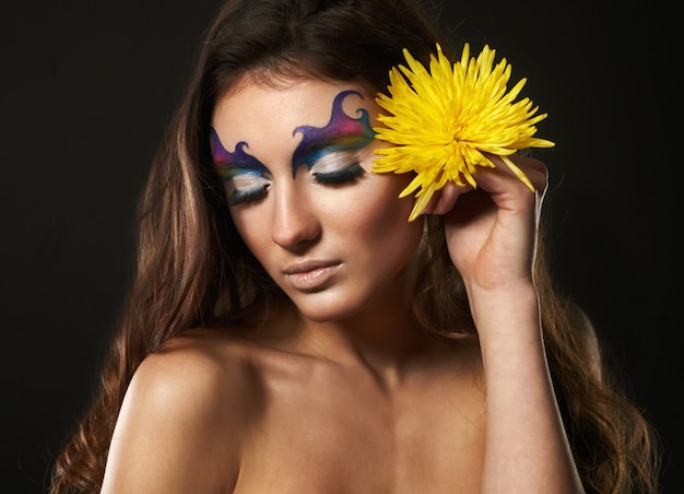 Portrait de la belle jeune femme aux fleurs délicates