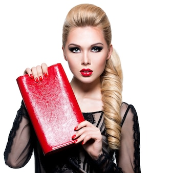 Portrait de la belle jeune femme aux lèvres et aux ongles rouge vif. concept - maquillage de mode glamour