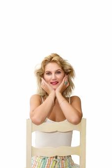 Portrait d'une belle jeune femme blonde pensive