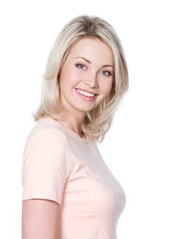 Portrait de la belle jeune femme blonde avec un sourire heureux