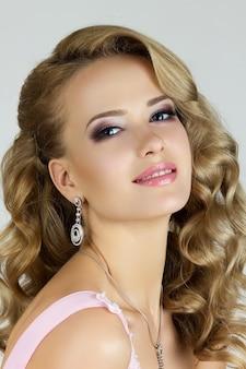 Portrait de la belle jeune femme blonde