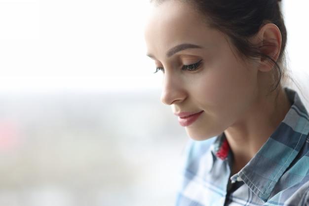 Portrait de la belle jeune femme brune aux yeux baissés concept de beauté et de santé