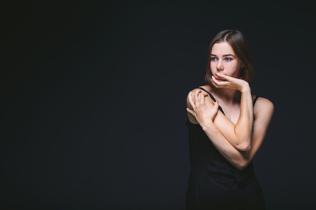Portrait d'une belle jeune femme caucasienne caucasienne modèle 20 ans aux yeux bleus