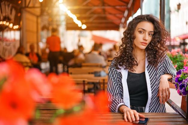 Portrait d'une belle jeune femme avec des cheveux bouclés