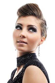 Portrait de la belle jeune femme avec une coiffure de style
