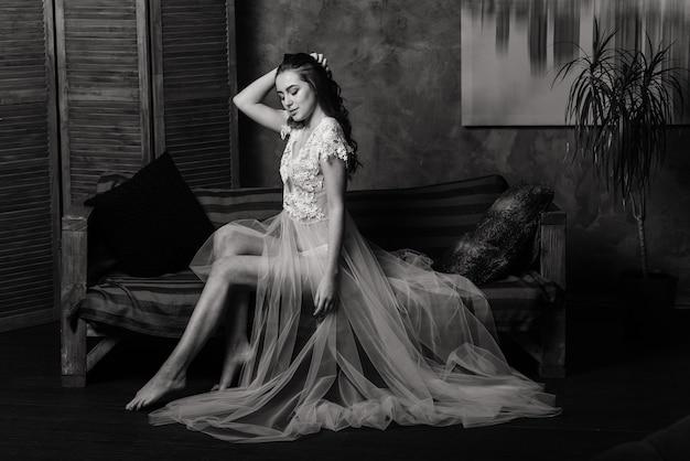 Portrait d'une belle jeune femme dans un sous-vêtement blanc. femme séduisante en lin blanc et peignoir.