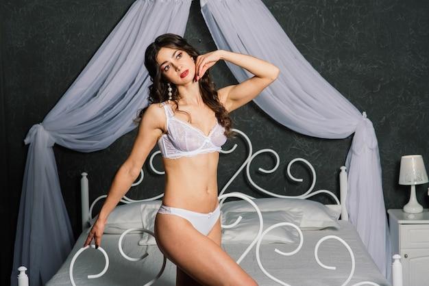 Portrait d'une belle jeune femme dans un sous-vêtement blanc.